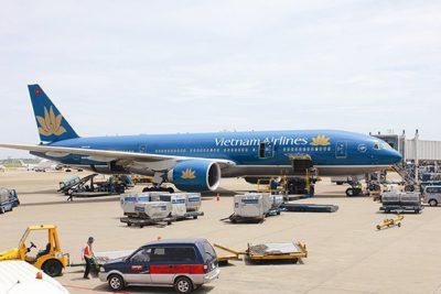 """Làn sóng COVID-19 thứ hai """"bẻ gãy"""" đà phục hồi của Vietnam Airlines"""