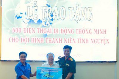 Doanh nghiệp trao 600 smartphone cho các bạn trẻ tình nguyện ở tỉnh biên giới