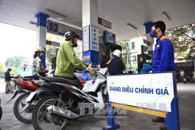 Chiều 11/1, giá xăng tăng, xăng RON92 có giá 15.948 đồng/lít, xăng RON95 không cao hơn 16.930 đồng/lít.