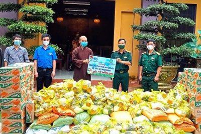 Khi bao yêu thương được áo xanh tình nguyện trao gửi đến đồng bào và Phật tử bị dịch bệnh tác động