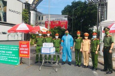 Hà Nội: Phụ nữ Công an quận Thanh Xuân tặng quà, động viên lực lượng tuyến đầu chống dịch Covid – 19