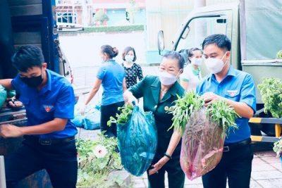 """Quyên tiền từ """"sàn"""" sen đá, kiều bào mua túi an sinh gửi tặng gần 900 hộ gặp khó trong bão dịch ở TP HCM"""
